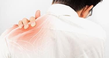 Schulter eines Mannes mit eingezeichneten Knochen