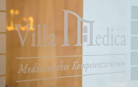 """Briefkastenschild der Villa Medica in Mödling - Aufschrift """"Medizinisches Kompetenzzentrum"""""""