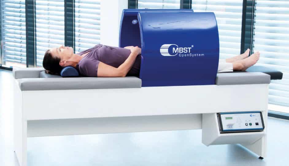Frau liegt in einem Kernspinresonanzgerät - MBST von OpenSystem