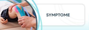 """Kind liegt auf einer Behandlungsliege und hat Tapes am rechten Knie, ein Arzt untersucht das Knie, daneben die Aufschrift """"Symptome"""""""