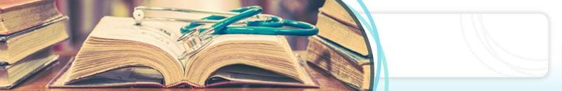 Weiterbildungen von Dr. Johannes Gründler - Offenes Buch mit Stethoskop