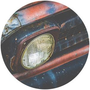 Sinnbild für Knorpelschaden durch Alterung - Nahaufnahme eines verrosteten Autoscheinwerfers