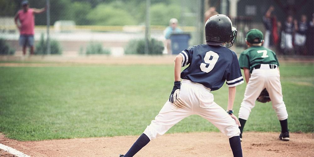Kinder- und Jugendorthopädie im Leistungssport - Kinder auf einem Baseballfeld