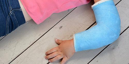 Kleinkind mit Gipsarm bei Morbus Panner Behandlung